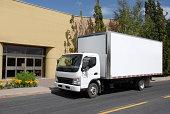 camion de déménagement devant maison