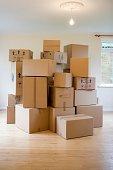 cartons dans une maison